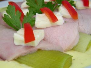 Pory w szynce z sosem z serka topionego